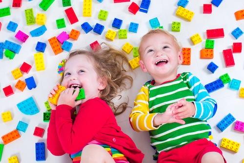 ninos-jugando-piezas-de-colores-500x